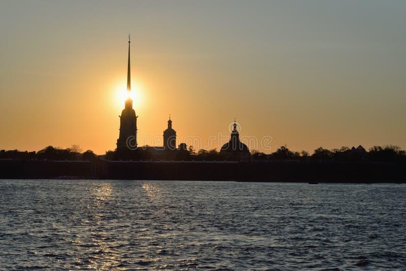 Заход солнца над крепостью Питера и Пола на реке Neva стоковое изображение rf