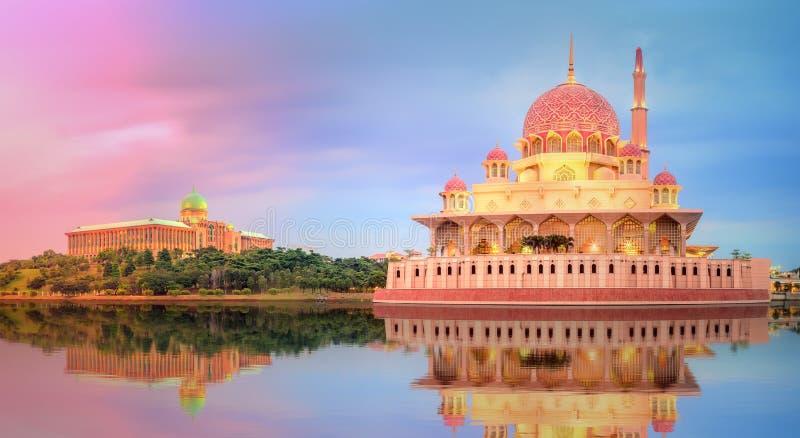 Заход солнца над мечетью Путраджайя, Куалаом-Лумпур стоковая фотография