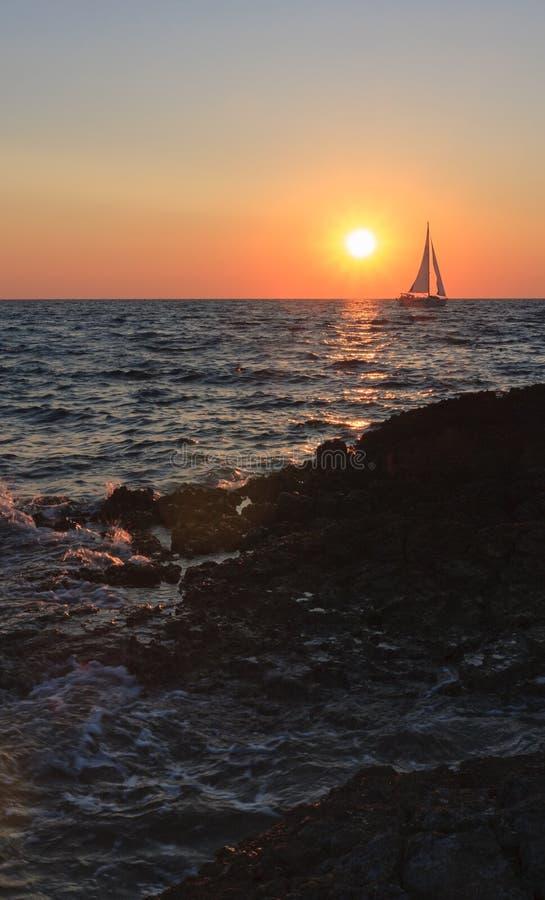 Заход солнца над морем во время вечера лета в Хорватии стоковые изображения rf