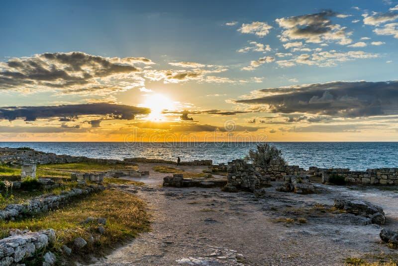Заход солнца над морем в старом Chersonesos стоковая фотография rf