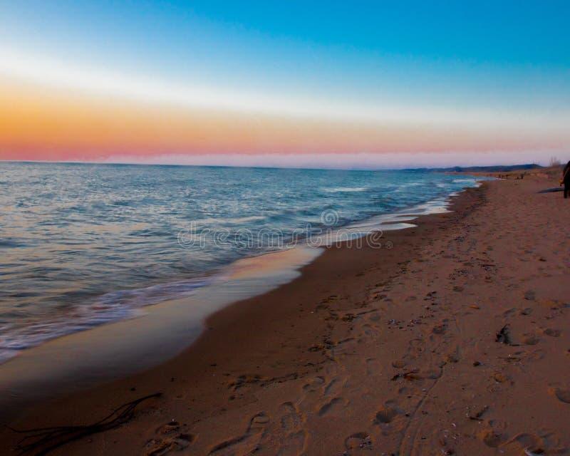 Заход солнца на овальном пляже Saugatuck стоковое изображение rf