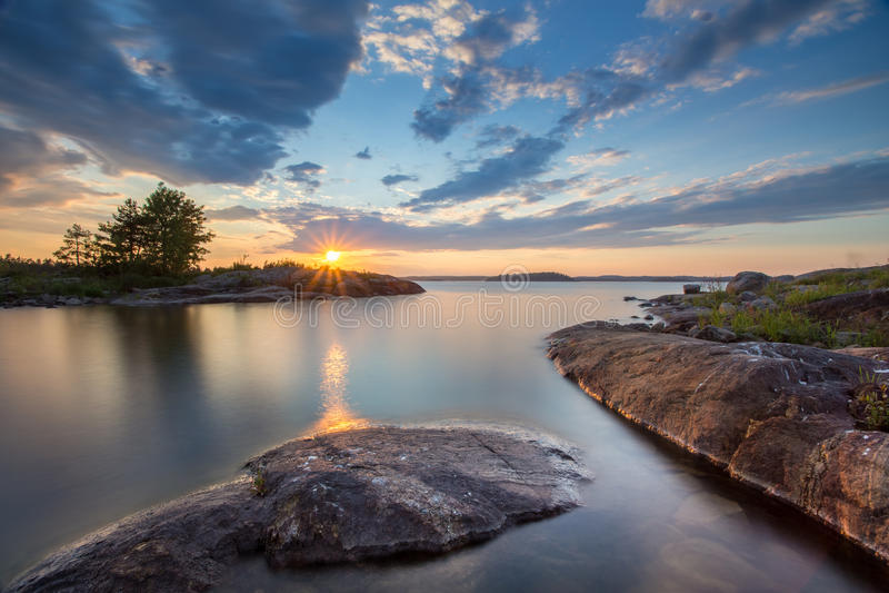 Заход солнца на озере Ladoga в Karelia, России стоковое фото