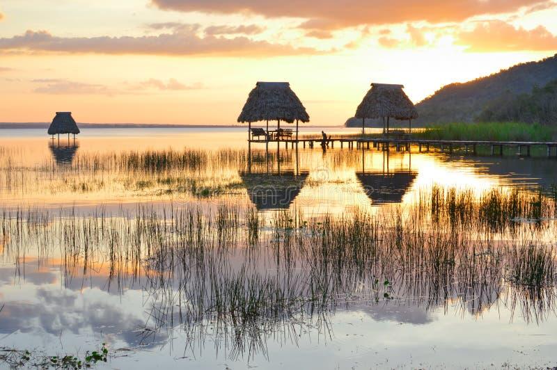 Заход солнца на озере Peten Itza в El Ramate, Гватемале стоковые фото