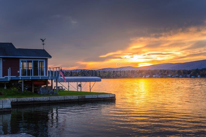 Заход солнца над озером горы стоковые фото