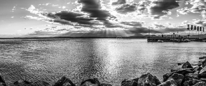 Заход солнца над озером курорта в Италии стоковое фото rf