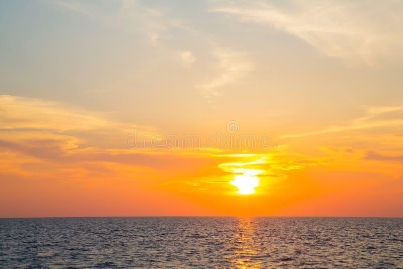 Заход солнца на океане с горизонтом для атмосферической предпосылки стоковые фото