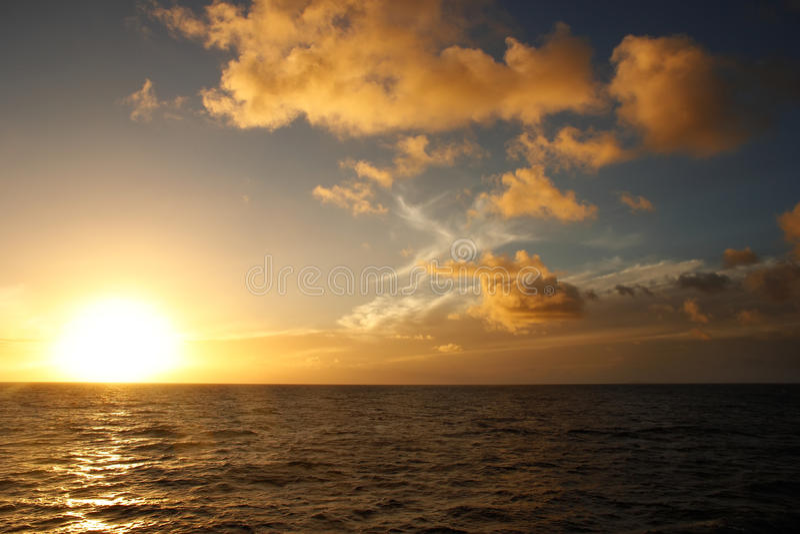 Заход солнца над океаном, островом Vanua Levu, Фиджи стоковое фото rf