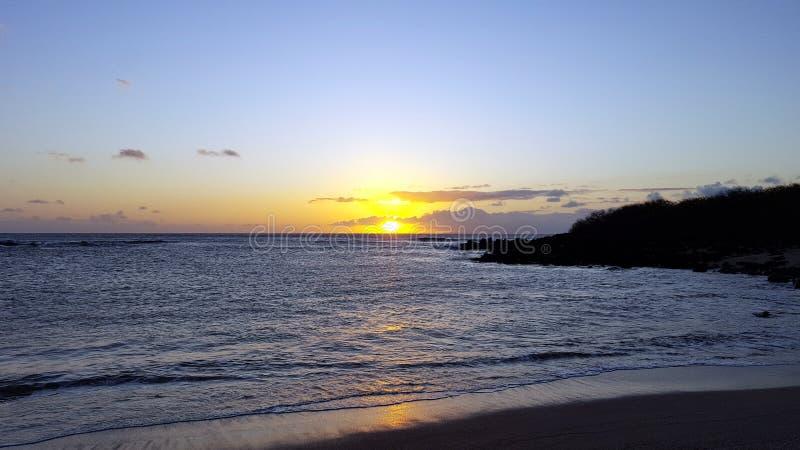 Заход солнца над океаном при волны двигая к берегу стоковая фотография