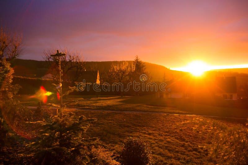 Заход солнца над домом стоковые изображения