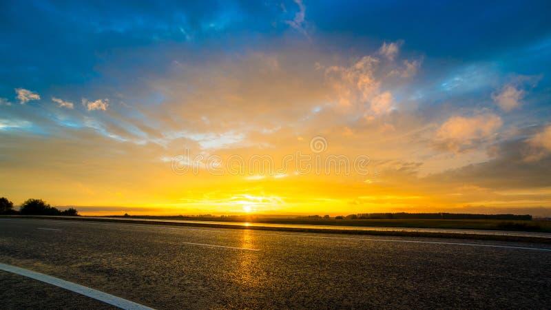 Заход солнца над дорогой стоковые фотографии rf