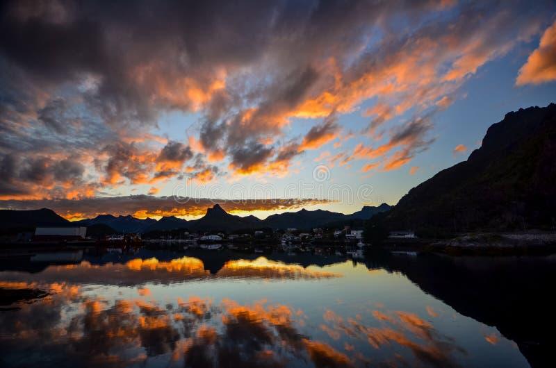 Заход солнца на островах Lofoten в Норвегии стоковые фотографии rf