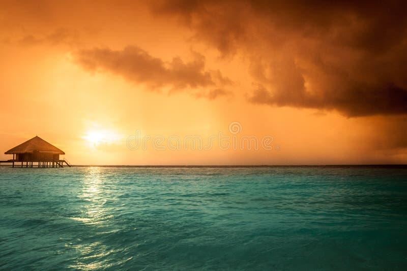 Заход солнца на острове Мальдивов стоковые фотографии rf