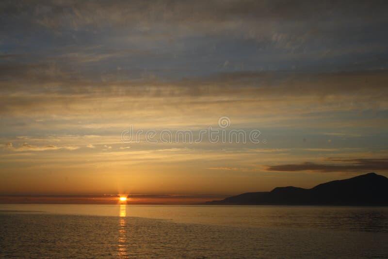 Заход солнца на острове навоза, малых островов, Шотландии стоковые изображения