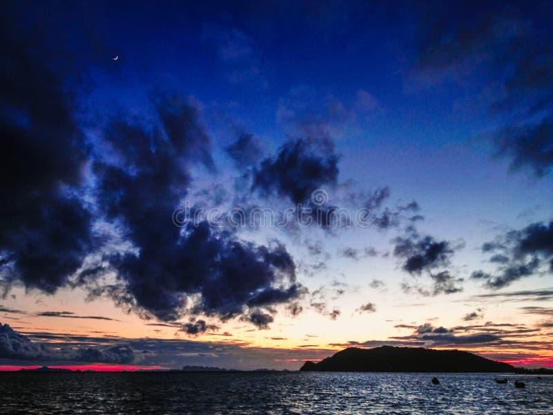 Заход солнца над островом стоковое фото rf
