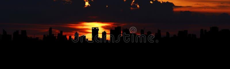 Заход солнца над острословием города Бангкока стоковая фотография