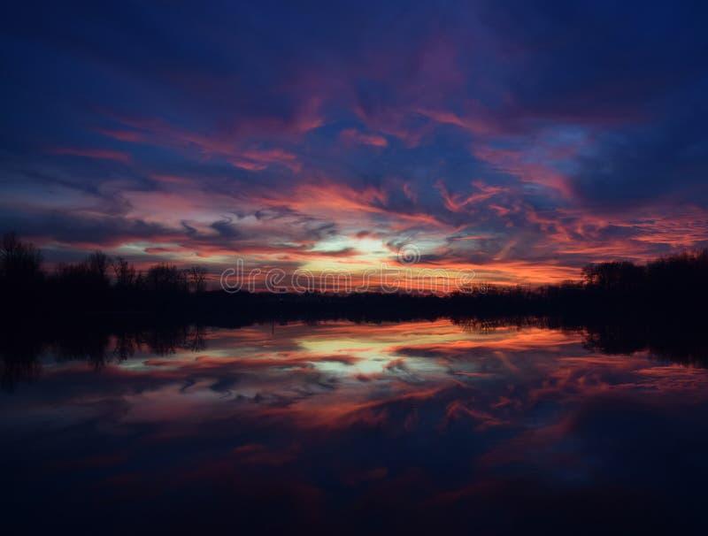 Заход солнца над отражением озера стоковая фотография rf