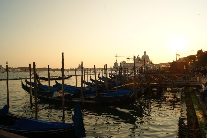 Заход солнца на пристани с гондолой стоковые изображения rf
