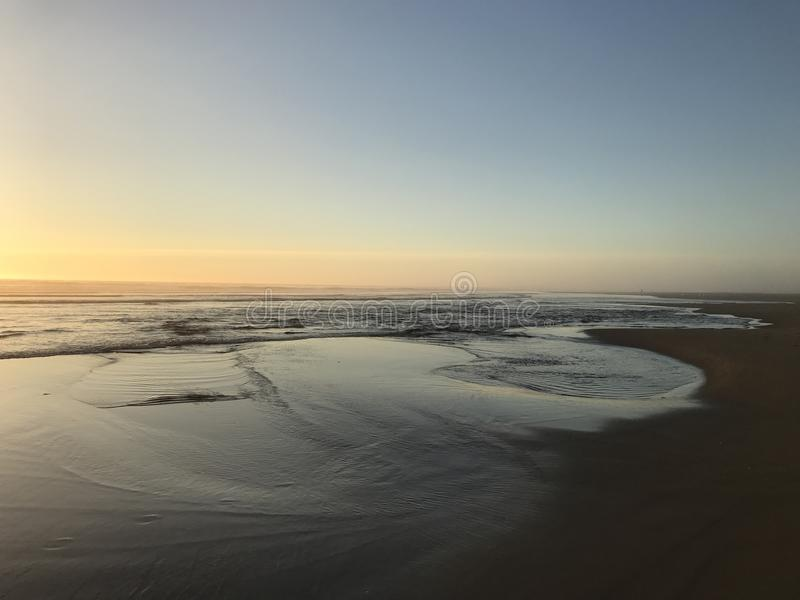 Заход солнца на пляже океана pacif стоковые изображения