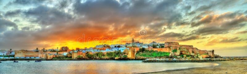 Заход солнца над Рабатом и рекой Bou Regreg, Марокко стоковые фото