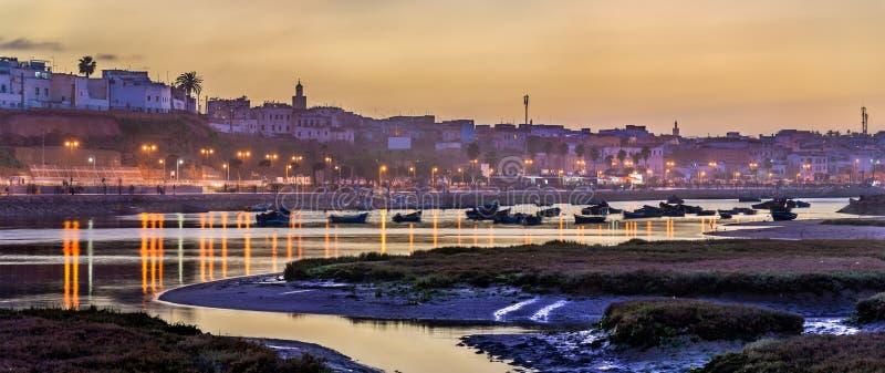 Заход солнца над Рабатом и рекой Bou Regreg, Марокко стоковые изображения rf