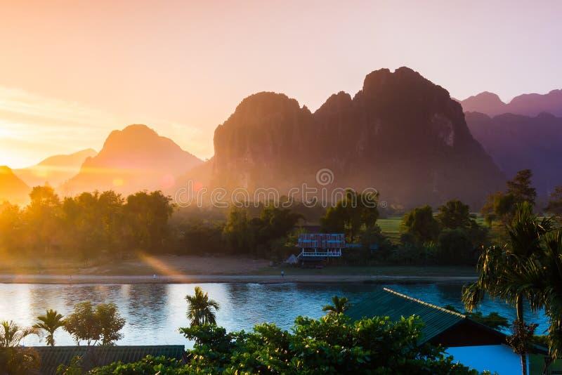 Заход солнца на реке песни, Vang Vieng стоковое фото