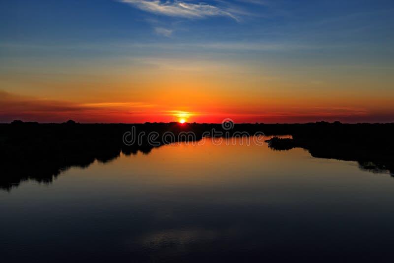 Заход солнца на реке с красивым небом стоковые изображения rf
