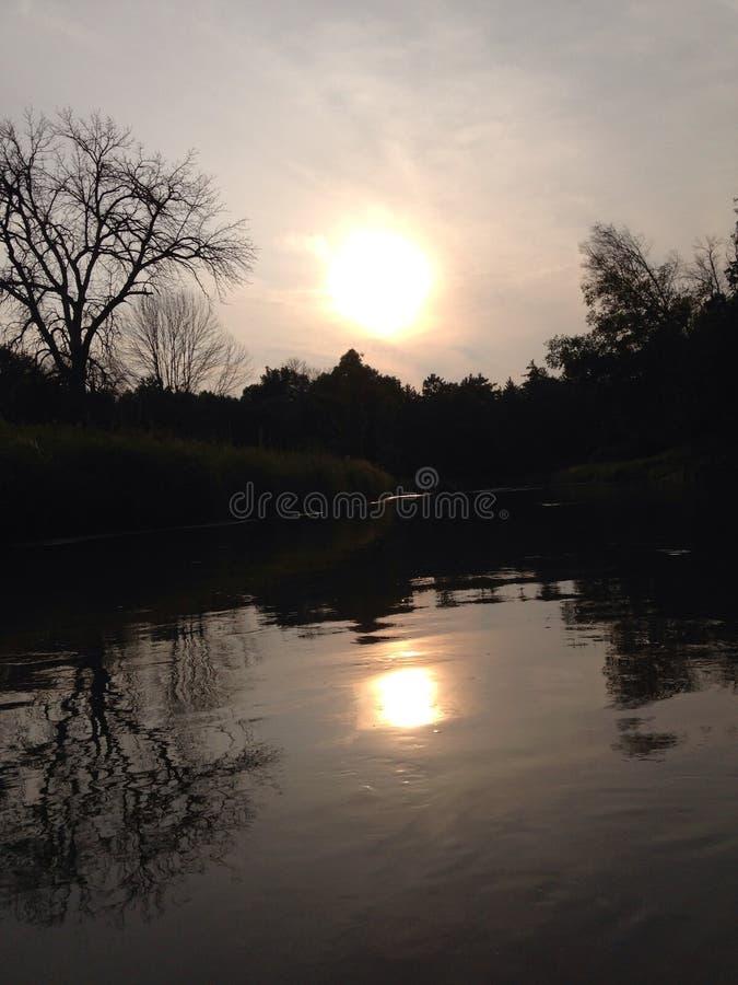 Заход солнца над рекой винтовки стоковые фото