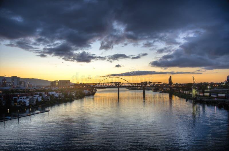 Заход солнца над рекой, Портлендом, Орегоном стоковые изображения
