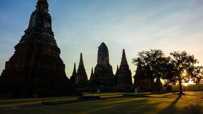 Заход солнца над руинами виска Таиланда стоковые изображения rf