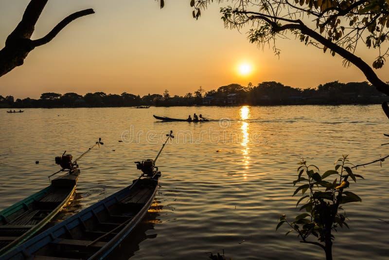 Заход солнца над рыбацким поселком в Бирме стоковое фото rf