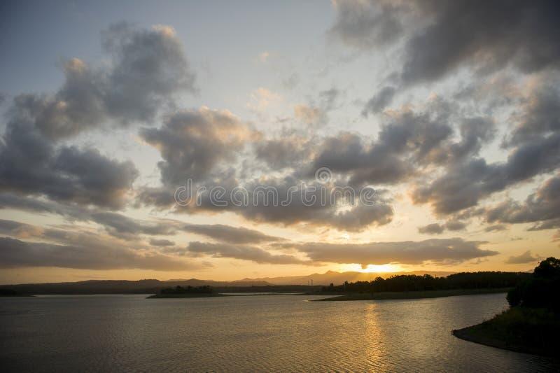Заход солнца над северной запрудой сосны, Petrie, Австралией стоковые фотографии rf