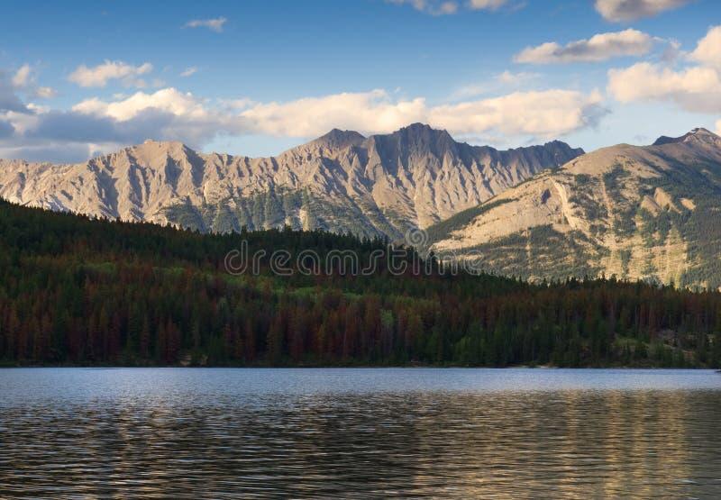 Заход солнца над скалистыми горами и озером пирамид стоковая фотография rf