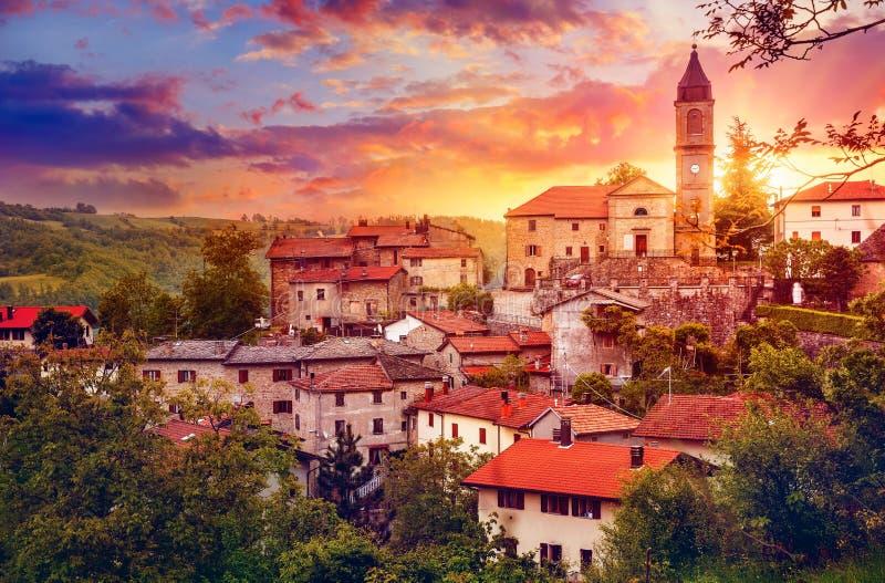 Заход солнца над старым захолустным городком с колоколом стоковые изображения