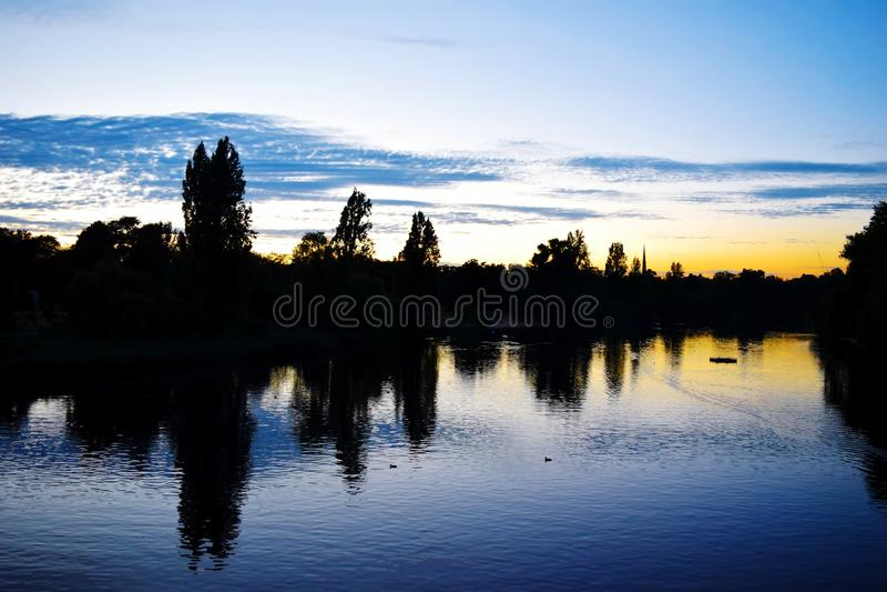 Заход солнца на Темзе стоковые изображения