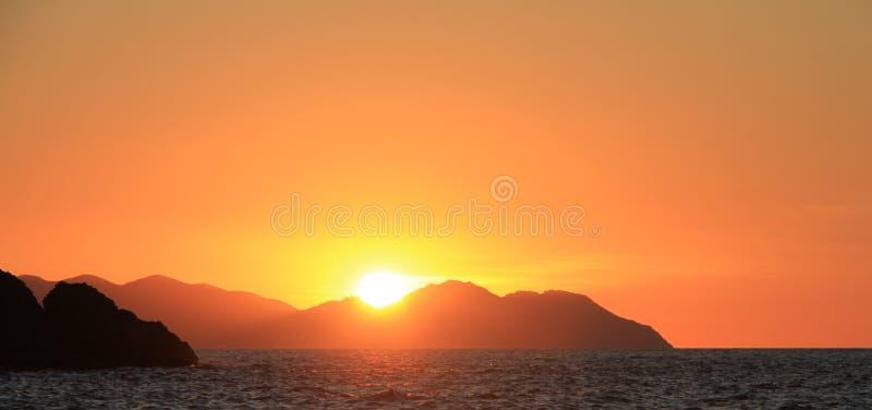 Заход солнца над тропическими островами Whitsundays Квинслендом стоковая фотография