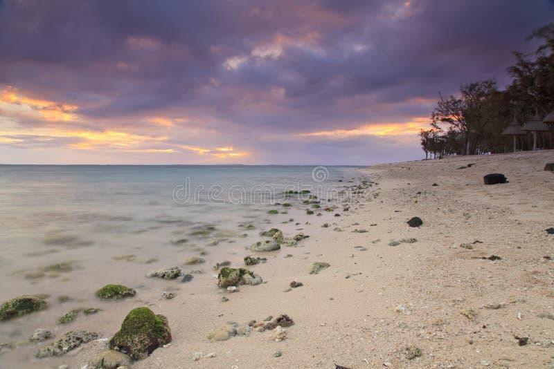 Заход солнца на тропическом острове стоковые изображения