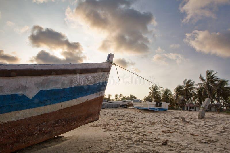 Заход солнца на тропическом острове mussulo Анголы стоковые фотографии rf