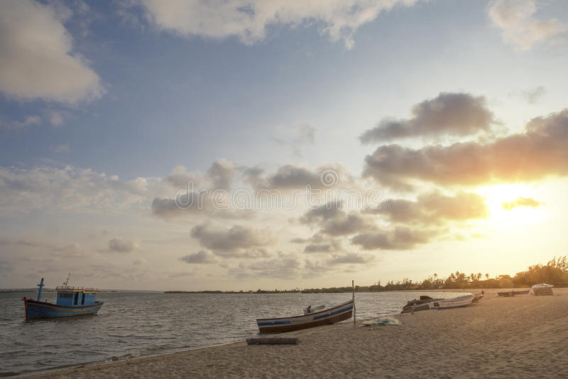 Заход солнца на тропическом острове mussulo Анголы стоковая фотография