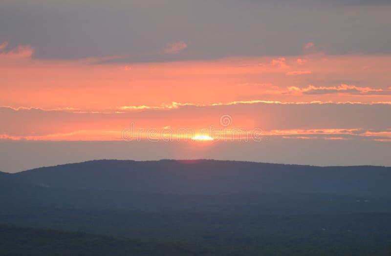 Заход солнца над холмами в Миссури стоковые фотографии rf