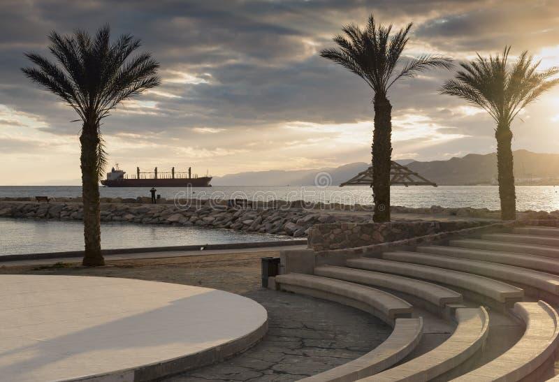 Заход солнца на центральном общественном пляже Eilat стоковое изображение