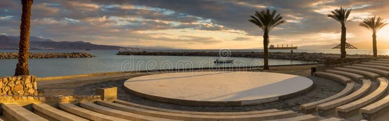 Заход солнца на центральном общественном пляже Eilat стоковая фотография