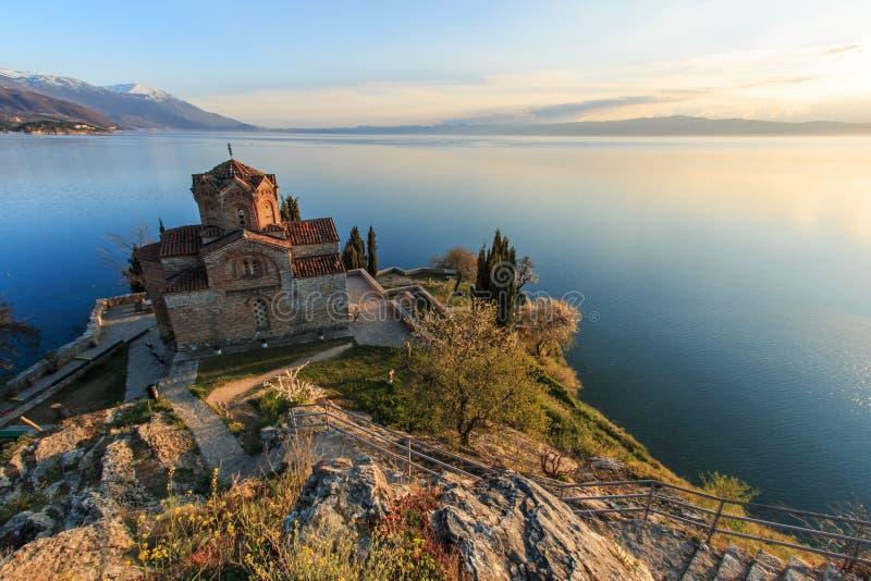Заход солнца над церковью Sveti (Святого) Jovan Kaneo на озере Ohrid стоковое фото rf