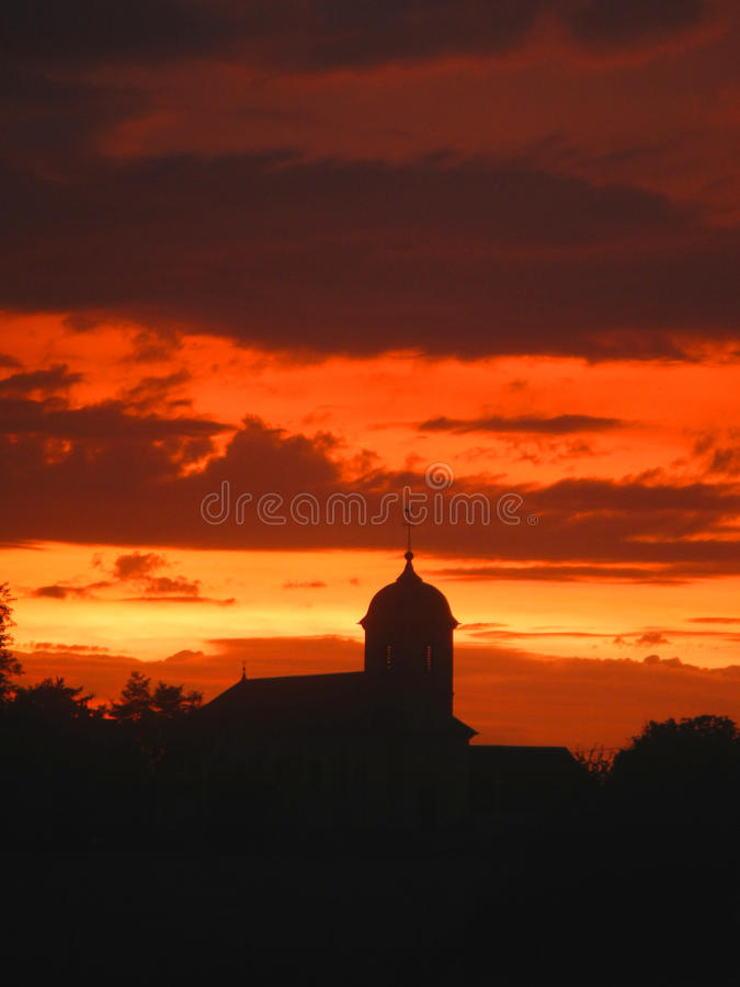 Заход солнца на церков, Citey, Haute-Saone, Франция стоковое фото rf