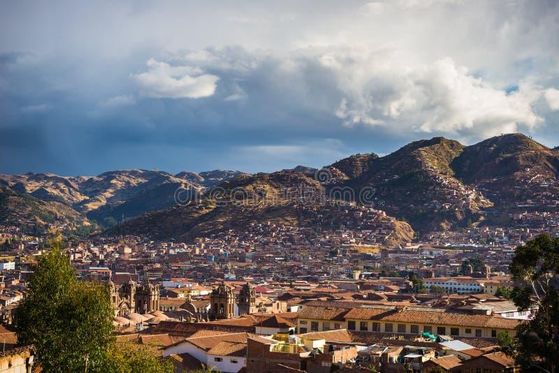 Заход солнца над Cusco, Перу, с облаками шторма стоковое фото