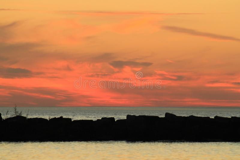 Заход солнца над Lake Michigan с разнообразие цветами стоковые изображения