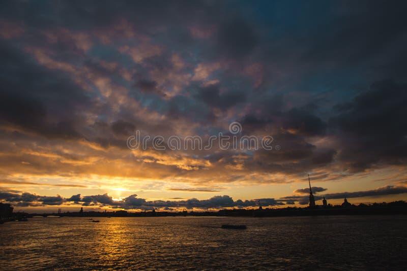 Заход солнца над Neva стоковые фото