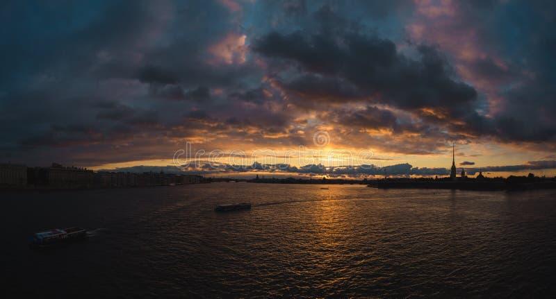 Заход солнца над Neva стоковая фотография rf