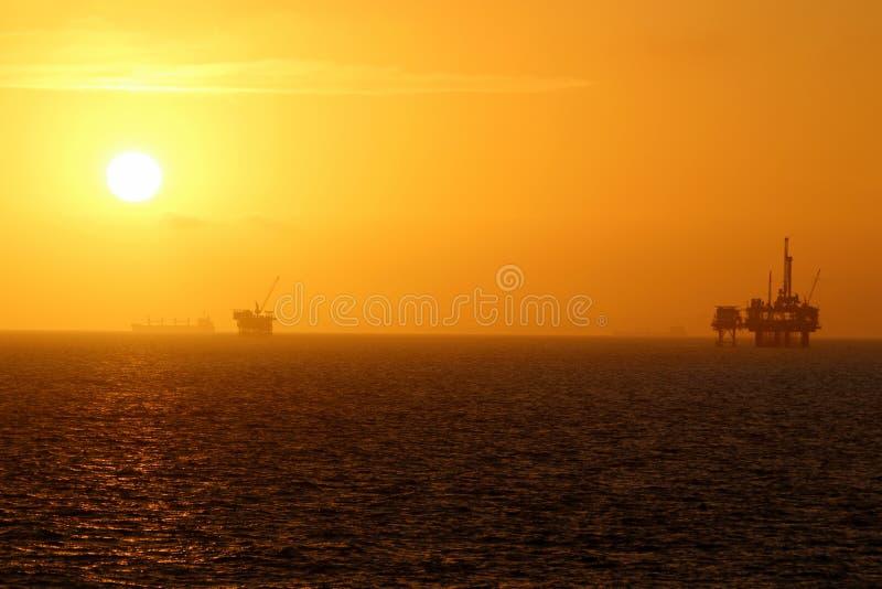 Заход солнца нефтяной платформы стоковые фотографии rf