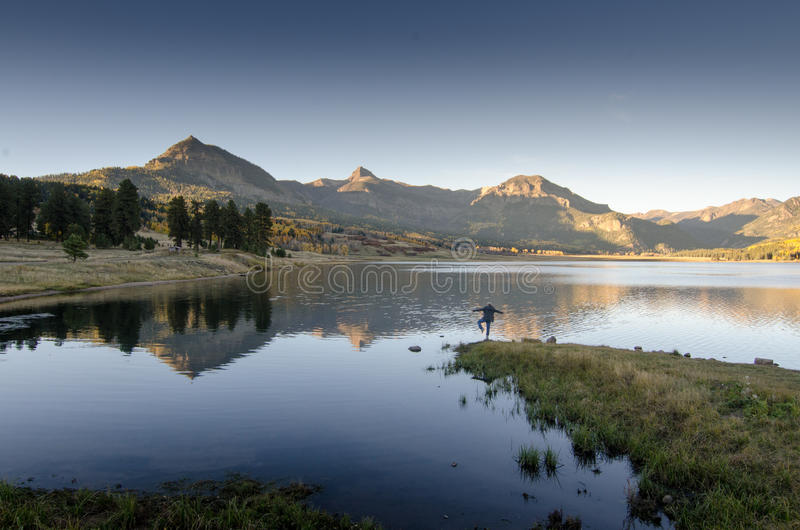 Заход солнца озера гор йоги отражает стоковое фото rf