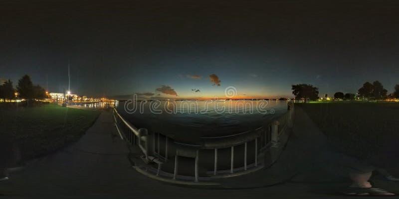 Заход солнца озером стоковое изображение rf
